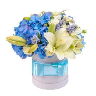 Цветы в коробке «С праздником»